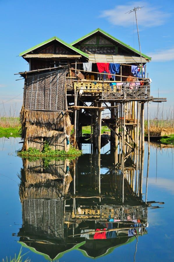 Casa no lago imagens de stock