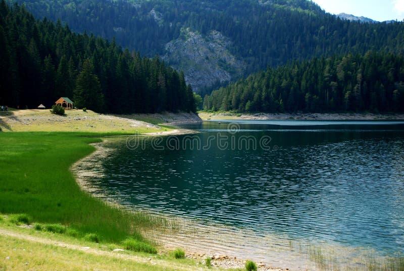 Casa no lago na natureza fotos de stock