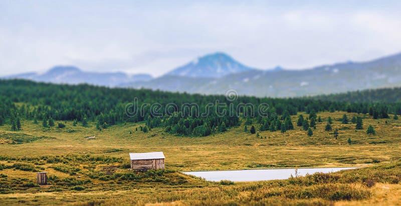 Casa no lago nas montanhas fotografia de stock