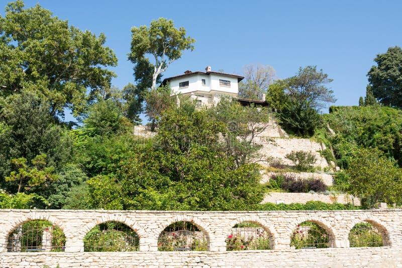 Casa no monte, Balchik foto de stock