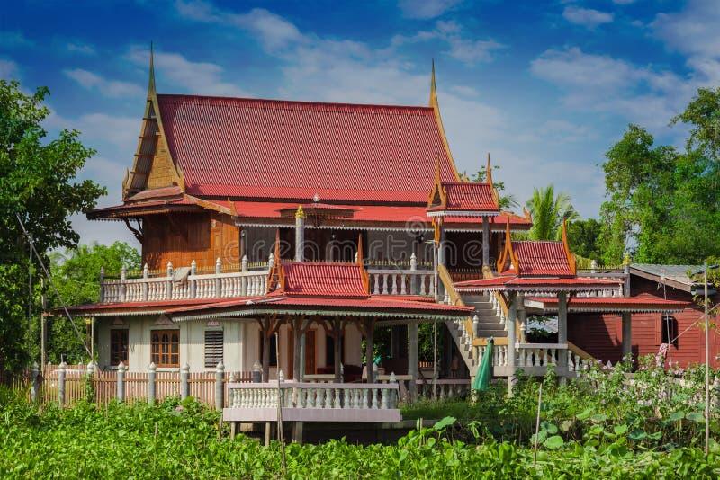 Casa no rio Nakhon Chai Si imagem de stock