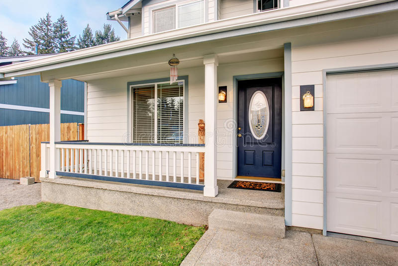 Casa noroeste tradicional com porta dos azuis marinhos e cerco branco imagem de stock