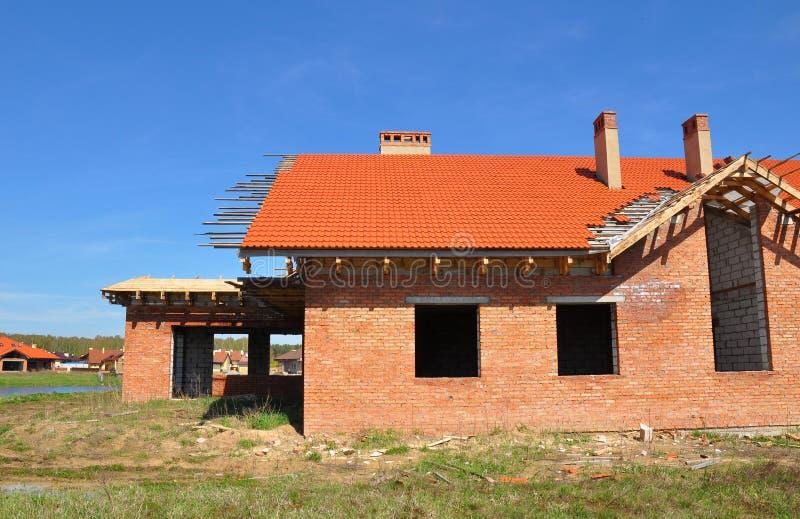 Casa nova de construção do tijolo com os azulejos que telham e garagem foto de stock royalty free