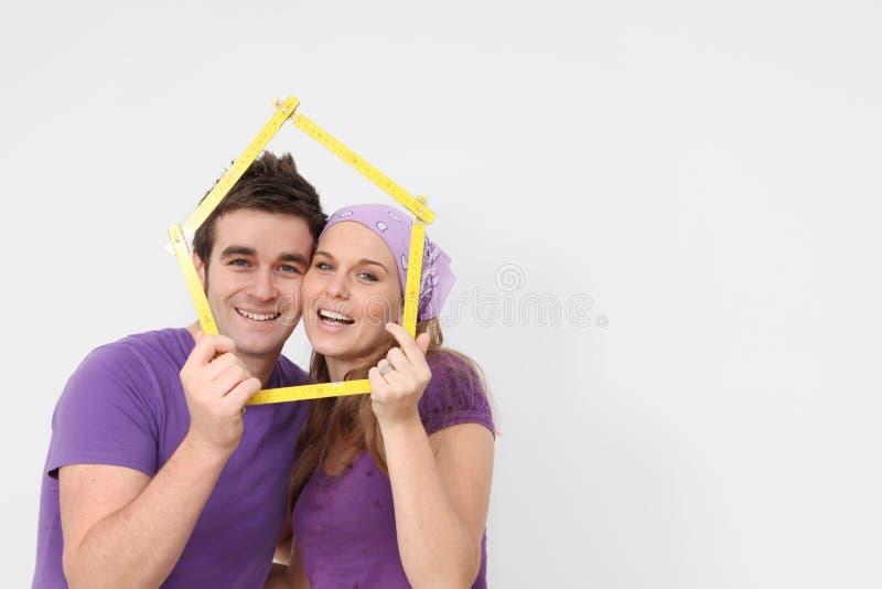 Casa nova dos jovens do conceito dos bens imobiliários fotografia de stock royalty free