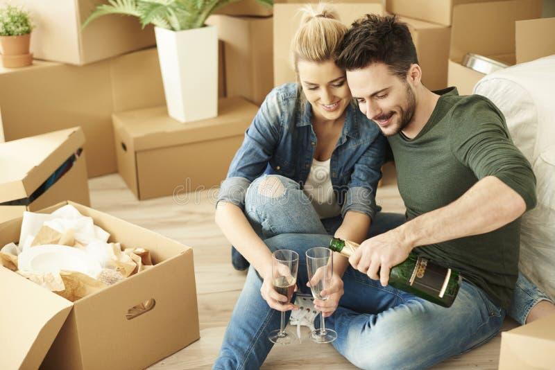 Casa nova movente dos pares imagens de stock royalty free