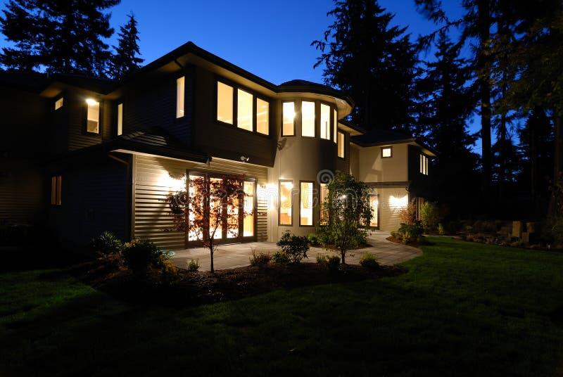 Casa nova na noite fotografia de stock royalty free