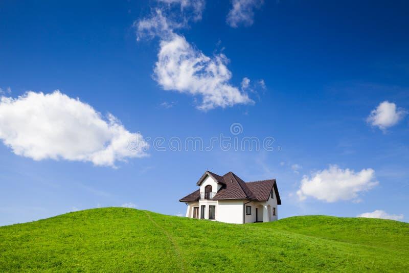 Casa nova no campo verde fotografia de stock royalty free