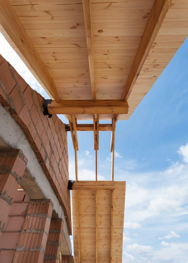 Casa nova sob a construção Construindo um telhado contra o céu azul fotografia de stock