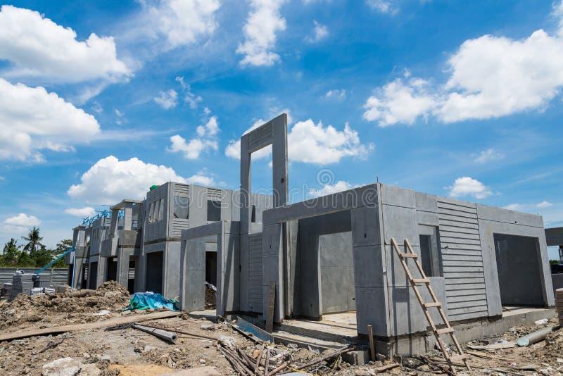 Casa nova sob a construção contra o céu nebuloso imagens de stock