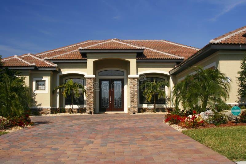 Casa nuova con gli accenti di pietra fotografia stock