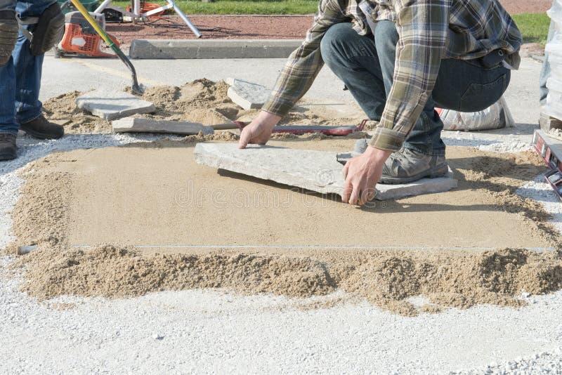 Casa o mejoras para el hogar, poniendo ajardinar de piedra del patio imagen de archivo libre de regalías