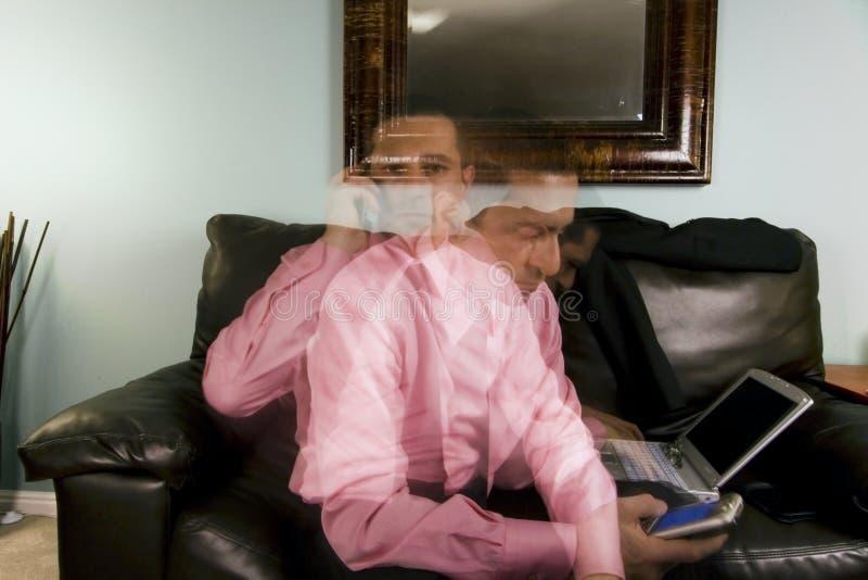 Casa o ufficio - elaborazione multitask dell'uomo d'affari fotografie stock