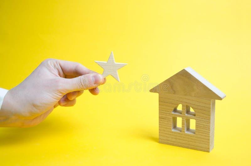 A casa obtém um asterisco de um sinal da diferença Elevação do imagem de stock royalty free