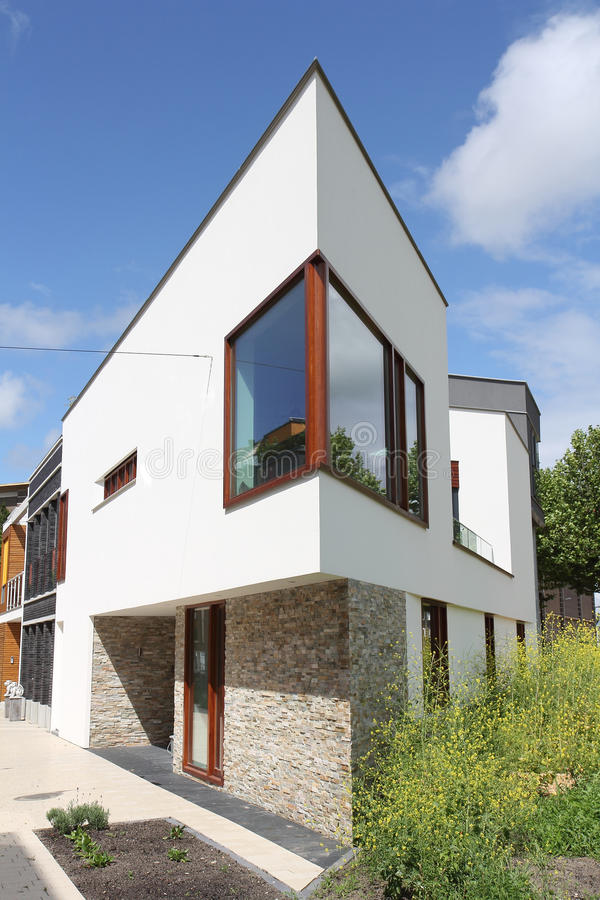 Casa olandese moderna con la facciata curva di legno for Casa moderna bianca