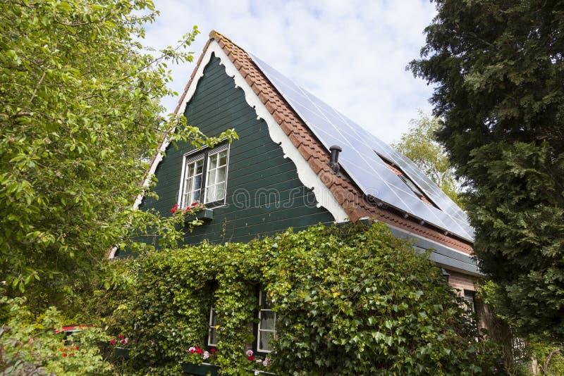 Casa olandese tradizionale con la parte anteriore ed i pannelli solari di legno immagini stock
