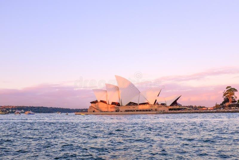 \'CASA OPERA, SYDNEY, AUSTRALIA - DICIEMBRE, 2016 : Vista de la ópera de Sydney al atardecer, cielo azul I fotos de archivo libres de regalías