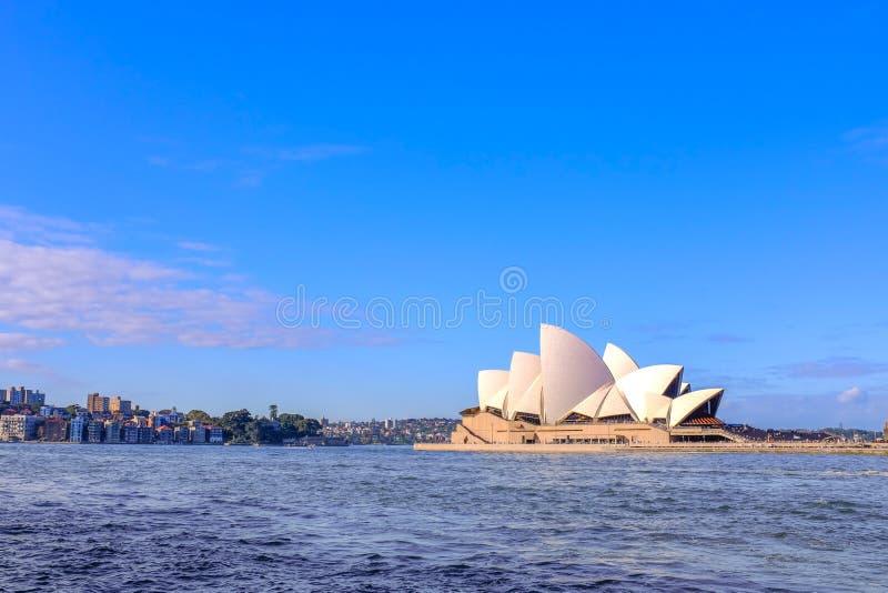 \'CASA OPERA, SYDNEY, AUSTRALIA - DICIEMBRE, 2016 : Vista de la ópera de Sydney al atardecer, cielo azul I imagen de archivo libre de regalías
