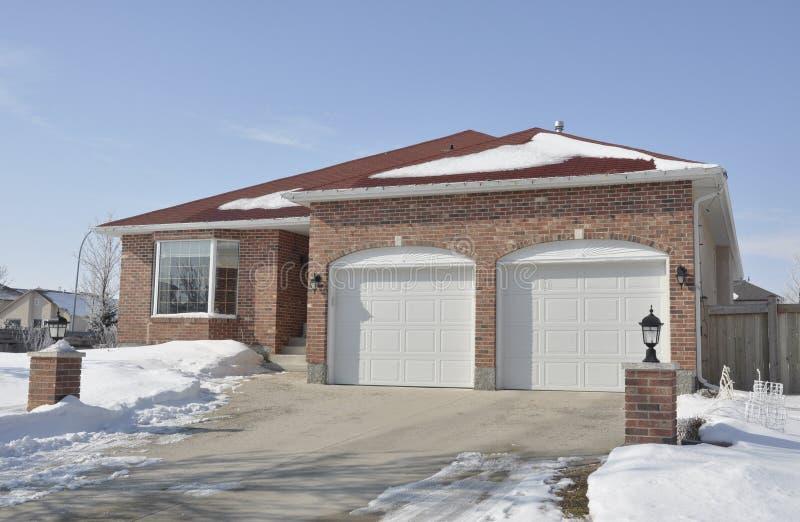 Casa operata in inverno fotografia stock libera da diritti