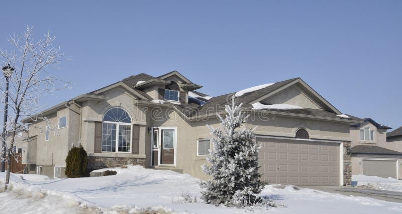 Casa operata in inverno immagine stock