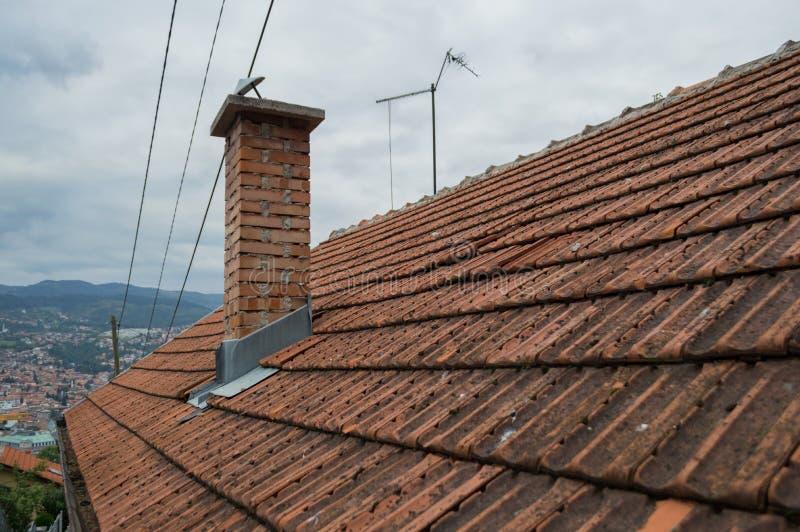 Casa ordinária com telhas em uma vizinhança de Sarajevo, Bósnia imagem de stock