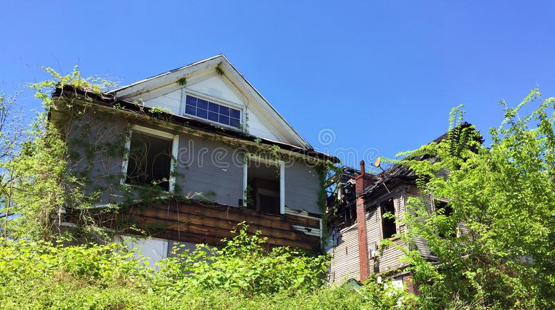 Casa overgrown 06 de la vecindad de la descomposición fotos de archivo