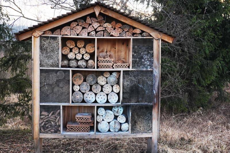 casa para abejas e insectos de diferentes materiales naturales Hotel de insectos o Refugio, error vacío vista de cerca proporcion foto de archivo libre de regalías
