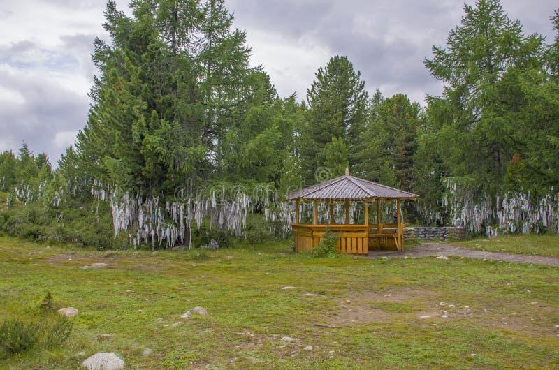 Casa para descansar em taiga contra o fundo das altas montanhas de Altai Rússia foto de stock royalty free