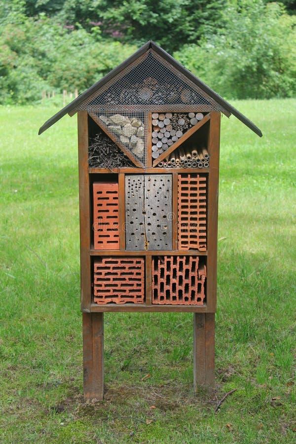 Casa para insetos selvagens no parque fotografia de stock