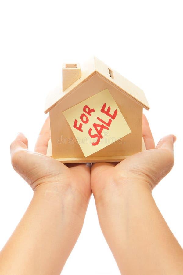 Casa para la venta con la mano foto de archivo libre de regalías