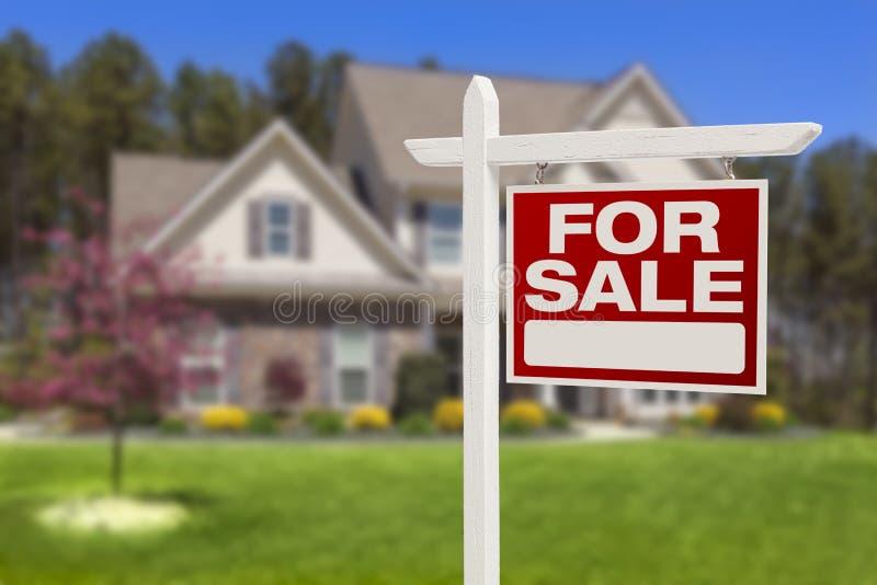 Casa para o sinal da venda na frente da casa nova fotos de stock
