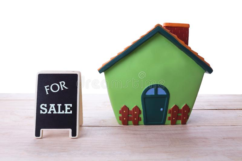 Casa para o sinal de Real Estate da venda e a casa nova bonita imagens de stock royalty free