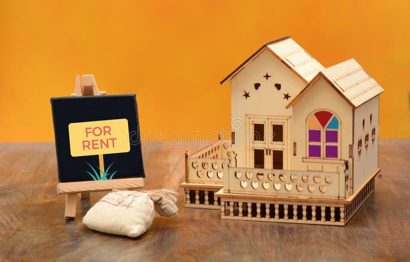 Casa para o sinal do aluguel com miniatura da casa fotografia de stock royalty free
