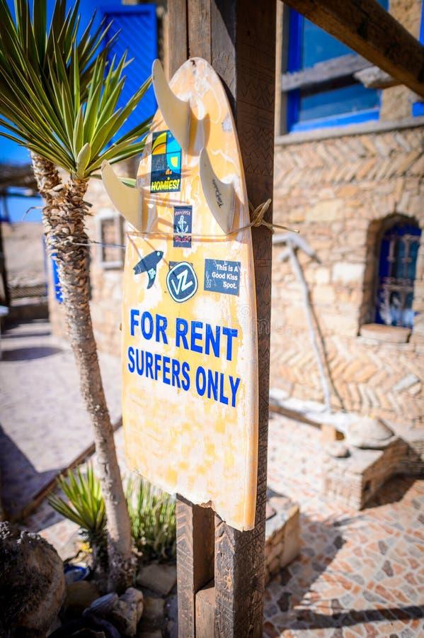 Casa para o sinal do aluguel, ponto de âncora, vila da ressaca de Taghazout, agadir, Marrocos fotografia de stock