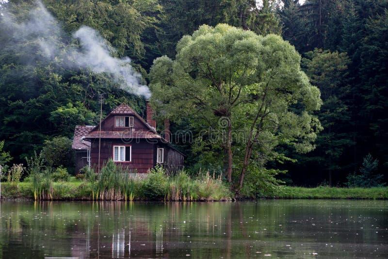 Casa pela lagoa fotografia de stock royalty free