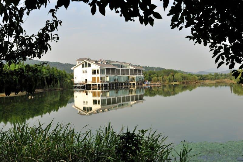 Casa pelo rio foto de stock royalty free