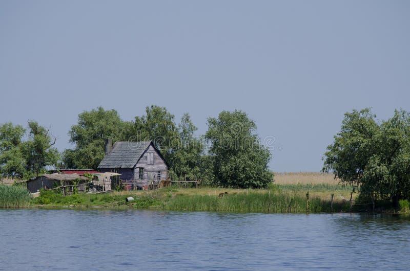 Casa pelo rio fotografia de stock royalty free