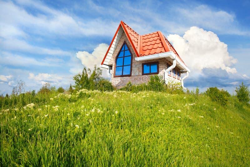 Casa pequena com telhado vermelho fotografia de stock royalty free