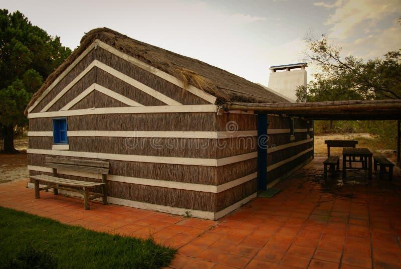 Casa pequena da vila da palha, Portugal imagem de stock