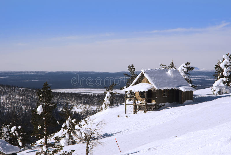 Casa pequena no monte no inverno foto de stock royalty free