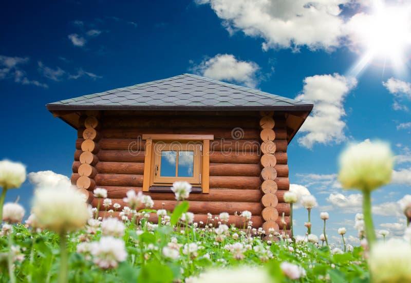 Casa pequena no prado das flores imagem de stock