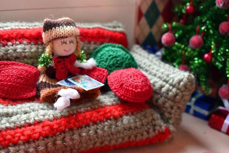 Casa pequena para bonecas, brinquedos feitos malha e mobília do brinquedo fotografia de stock