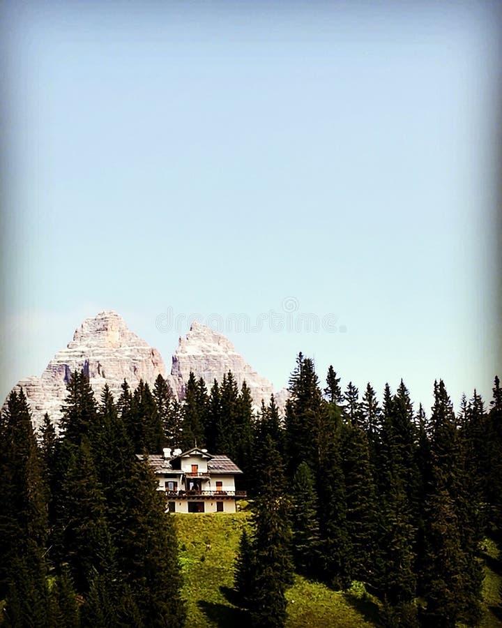 Casa perto do misurina do lago fotografia de stock royalty free