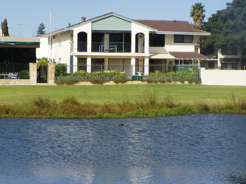 Casa perto do rio fotografia de stock royalty free