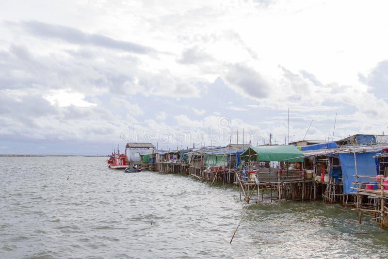 Casa piantata paesino di pescatori sul mare immagini stock libere da diritti