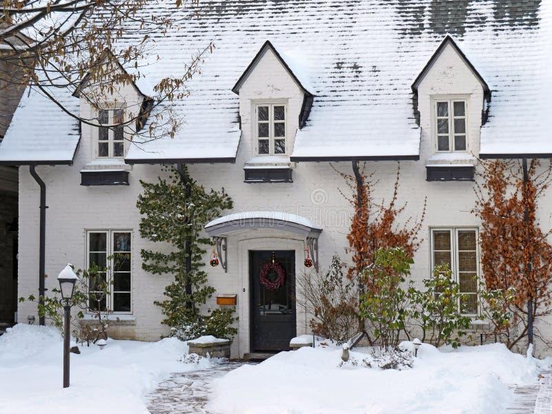 Casa pintada branca do tijolo com neve fotos de stock royalty free