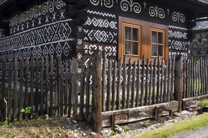 Casa pintada da madeira em Cicmany foto de stock royalty free