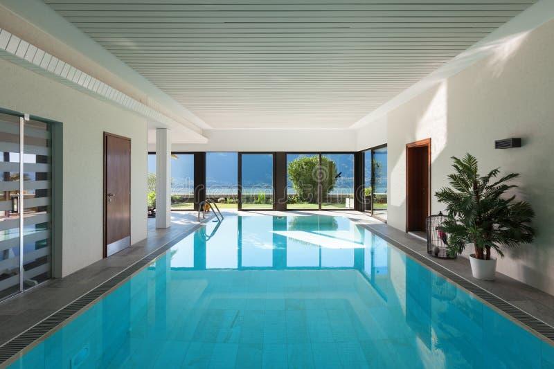 Casa piscina interna imagem de stock imagem de moderno 68091357 - Piscina interna casa ...