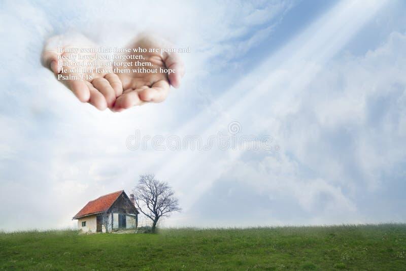 Casa pobre protegida por las manos de dios Cita a partir del 9:18 del salmo fotografía de archivo