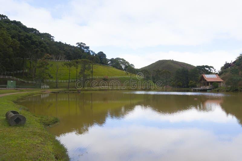 Casa por el lago imagen de archivo