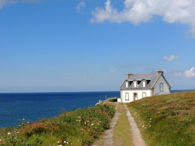 Casa por el mar fotos de archivo